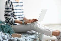 Blogger féminin avec l'ordinateur portable image libre de droits