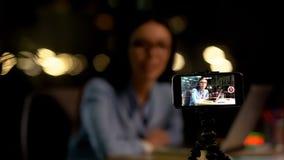 Blogger f?minin d'enregistrement mobile de cam?ra, examen de produit, affaires en ligne, astuces photo libre de droits
