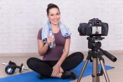 Blogger féminin faisant la nouvelle vidéo au sujet du sport à la maison images libres de droits