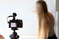 Blogger fêmea que grava o curso em linha da beleza fotos de stock