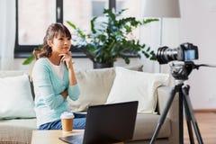 Blogger f?minin asiatique avec la vid?o de enregistrement de cam?ra image libre de droits