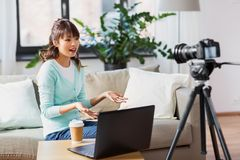 Blogger f?minin asiatique avec la vid?o de enregistrement de cam?ra image stock