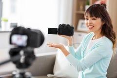 Blogger f?minin asiatique avec la vid?o de enregistrement de cam?ra photos libres de droits
