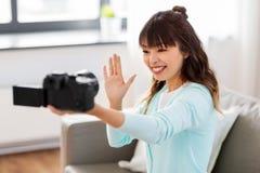 Blogger f?minin asiatique avec la vid?o de enregistrement de cam?ra images stock