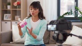 Blogger f?minin asiatique avec la vid?o de enregistrement de sac de cadeau clips vidéos
