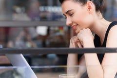 Blogger femminile che esamina uno schermo del suo computer Fotografie Stock