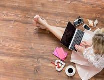 Blogger het typen op laptop computer royalty-vrije stock fotografie