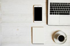 Blogger/homme d'affaires/femme d'affaires, il table en bois blanche de bureaux du ` s de spécialiste avec l'ordinateur portable,  Image stock