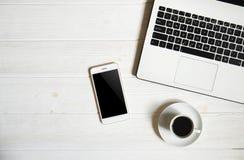 Blogger/homme d'affaires/femme d'affaires, il table en bois blanche de bureaux du ` s de spécialiste avec l'ordinateur portable,  Photo stock