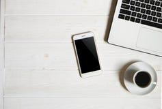 Blogger/homme d'affaires/femme d'affaires, il table en bois blanche de bureaux du ` s de spécialiste avec l'ordinateur portable,  Images libres de droits