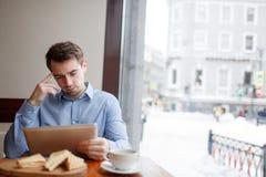 Blogger im Café Stockfotografie