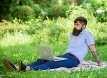 Blogger inspirador por naturaleza Buscar la inspiración Hombre barbudo con el fondo de relajación de la naturaleza del prado del  fotografía de archivo