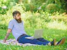 Blogger inspirador por naturaleza Buscar la inspiración Hombre barbudo con el fondo de relajación de la naturaleza del prado del  foto de archivo libre de regalías