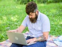 Blogger inspirador por naturaleza Escritor que busca el ambiente de la naturaleza de la inspiración Inspiración para bloguear imagenes de archivo