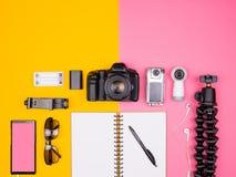 Blogger klaar voor reis en de zomervakantie Stock Afbeelding