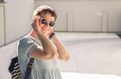 Blogger-Kleidereinfaches zufälliges Mode der jungen Frau Lizenzfreies Stockbild