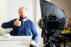 Blogger masculin, émission d'enregistrement de Vlogger à la maison sur l'appareil-photo Sha image stock