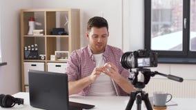 Blogger masculin avec des écouteurs videoblogging à la maison clips vidéos