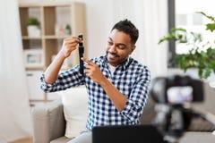 Blogger masculin avec le blog visuel de enregistrement de montre intelligente photographie stock