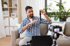 Blogger masculin avec le blog visuel de enregistrement de montre intelligente photo libre de droits