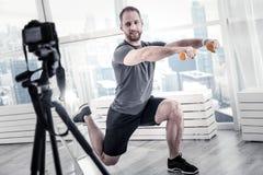 Blogger masculino adorable que combina ejercicios Imagen de archivo