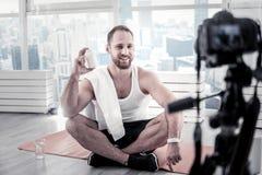Blogger masculino alegre que dá o conselho sobre proteínas imagem de stock royalty free