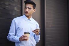 Blogger masculino creativo apuesto que piensa en la publicación en sitio web Imagen de archivo