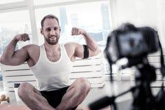 Blogger masculino enérgico que muestra resultados del deporte Fotografía de archivo libre de regalías