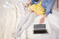 Blogger mit Kaffee Lizenzfreie Stockfotografie