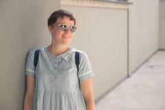 Blogger Mode der jungen Frau, der das Lächeln aufwirft Stockfotos