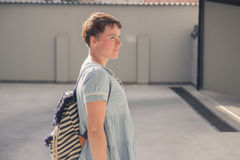 Blogger Mode der jungen Frau, der Profil aufwirft Lizenzfreies Stockbild