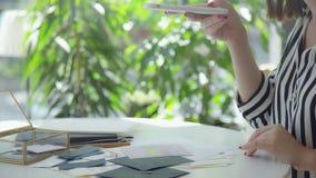 Blogger moderne : le concepteur de fille prend des photos pour le blog clips vidéos
