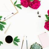 Blogger- oder Freiberuflerarbeitsplatz mit Kaffeetasse, Klemmbrett, Notizbuch und Pfingstrose blüht auf weißem Hintergrund Rundes Lizenzfreies Stockfoto