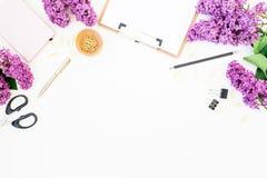 Blogger oder freiberuflich tätiger Arbeitsplatz mit Klemmbrett, Notizbuch, Scheren, Flieder und Zubehör auf weißem Hintergrund Fl Lizenzfreies Stockbild