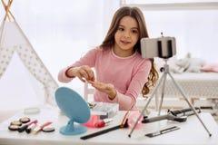 Blogger pre-adolescente lindo de la belleza que habla de la opción del lazo del pelo Imagenes de archivo