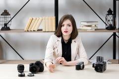 Blogger raisonnant au sujet de l'équipement de photo photo stock
