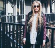 Blogger rubio de la moda que presenta en ropa de moda en la ciudad Streetstyle outdoor Imagen de archivo