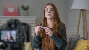 Blogger ruivo novo da menina, sorrindo, falando na câmera, mostrando uma compra nova, cosméticos, fundação, ocultador vídeos de arquivo