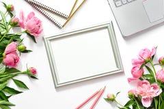 Blogger ` s Hintergrund mit einem Rahmen für einen Text, Ansicht von oben Stockfotografie