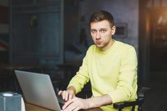 Blogger schreibt einen neuen Artikel Lizenzfreie Stockbilder
