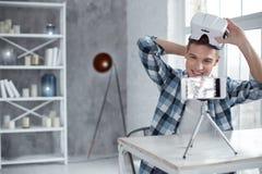 Blogger sonriente que habla del modelo 3D en la leva Fotos de archivo libres de regalías