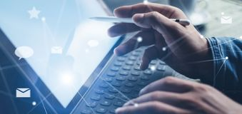 Blogger używa mobilnego dotyka ochraniacza dla wysyłać przy ogólnospołeczną sieci wiadomością Zbliżenie widok samiec wręcza używa zdjęcia stock