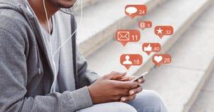Blogger u?ywa telefon z og?lnospo?ecznymi medialnymi powiadomienie ikonami ilustracji