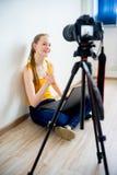 Blogger video femenino Fotografía de archivo libre de regalías