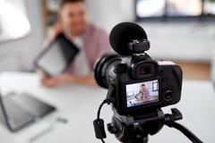 Blogger visuel de enregistrement de cam?ra avec le PC de comprim? photographie stock libre de droits