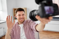 Blogger visuel masculin avec la cam?ra bloguant ? la maison photos libres de droits