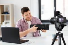 Blogger visuel masculin avec le clavier videoblogging image stock