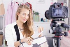 Blogger y vídeo de las compras Fotos de archivo libres de regalías