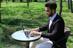 Bloggeren monterar videoen på bärbara datorn Arkivbild
