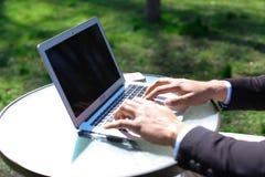 Bloggeren monterar videoen på bärbara datorn Royaltyfri Bild